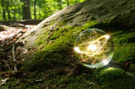 Magische kristallen bol atoom op de bosbodem voor de zomer fantasie beeldspraak
