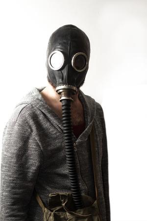 Scary hombre que llevaba auténtica máscara de gas ruso con tubo de respiración Foto de archivo - 72086762