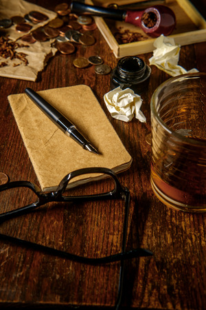 Writer's desk with pen and ink whisky pipe and glasses Banque d'images - 104766914