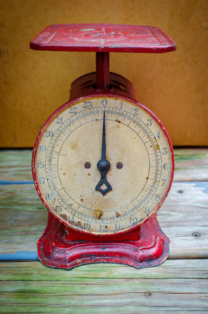 Old fashioned red antique weight measuring scale Archivio Fotografico - 106706937