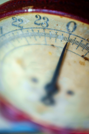 Old fashioned red antique weight measuring scale Archivio Fotografico - 106706941