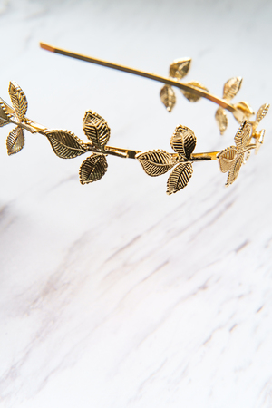 Golden laurel leaf Greek or Roman crown on marble table Stockfoto