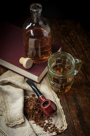 Leisure tobacco pipe and whisky with bottle and a good mystery book Banque d'images