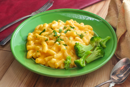 Delicious macaroni and cheddar cheese with steamed broccoli Reklamní fotografie