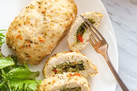 Pollo relleno mediterráneo con hierbas y ensalada