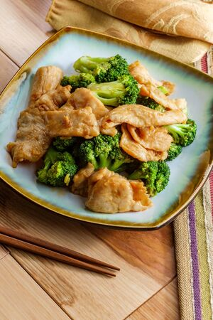 Chinese food chicken and broccoli take out with chopsticks Imagens - 128525603