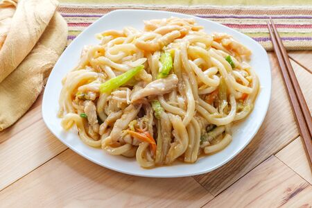 Pan fried Japanese udon noodles in garlic sauce with chicken Imagens - 128525951