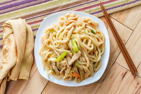 Pan fried Japanese udon noodles in garlic sauce with chicken Imagens - 128525958