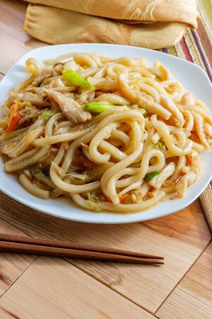 Pan fried Japanese udon noodles in garlic sauce with chicken Imagens - 128525954