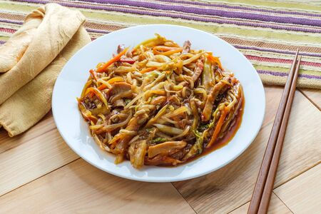 Chinese shredded pork peking style with vegetables and chopsticks Imagens - 128525983