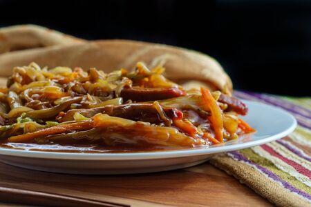 Chinees geraspte varkensvlees peking stijl met groenten en eetstokjes Stockfoto