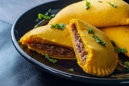 Empanadas de carne picantes jamaicanas con guarnición de menta Foto de archivo