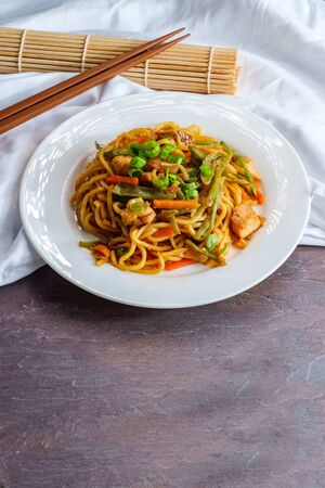 Eating Japanese chicken yakisoba noodles with chopsticks Stockfoto