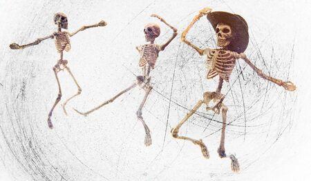 Dummes tanzendes medizinisches Skelett mit Cowboyhut auf Grunge-Vintage-Hintergrund