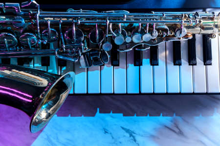 Old and worn Jazz saxophone and piano keyboard musical show and performance Banque d'images