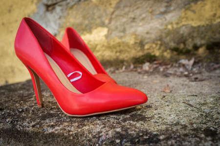 在户外街道上的红色高跟鞋鞋子与无人佩带它们
