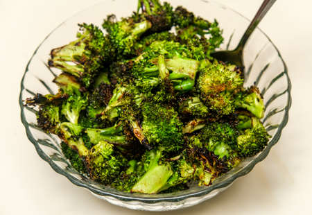 Bowl of char-grilled broccoli florets as side to accompany BBQ dinner Reklamní fotografie