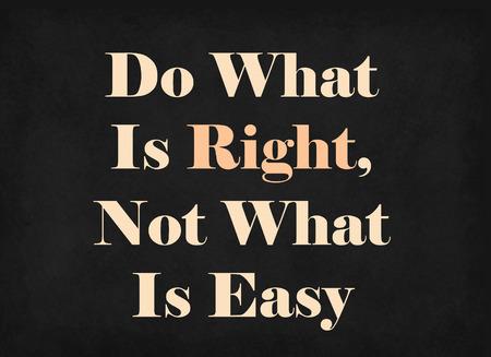Hacer lo correcto, no lo que es fácil en la pizarra Foto de archivo