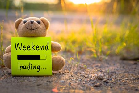 Happy Weekend sur pense-bête avec ours en peluche sur fond de nature Banque d'images - 64949736