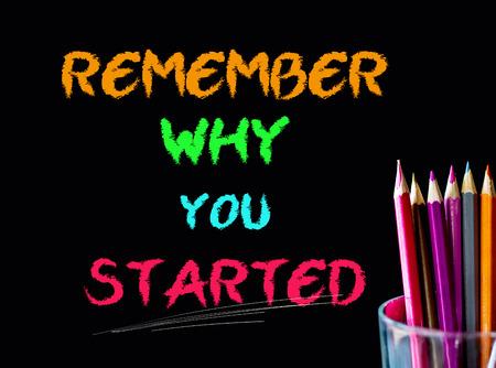 Farbe Bleistift auf schwarzem Hintergrund mit Wort: erinnern, warum Sie begonnen