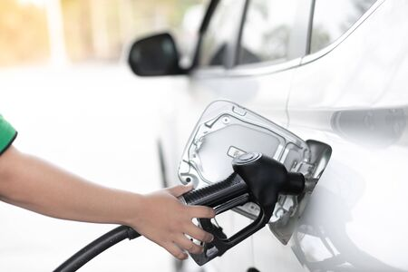 Refuel cars at the fuel pump. Handle fuel nozzle to refuel. Vehicle fueling facility. Banque d'images