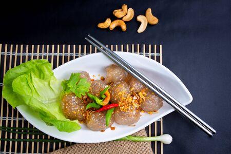Snack thaï Sakoo Sai Moo ou boules de tapioca cuites à la vapeur remplies de recette de porc. Boulettes de porc au sagou Desserts thaïlandais.
