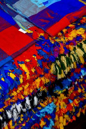 Veel veelkleurig textiel dat representatief is voor de Latijns-Amerikaanse cultuur en wordt verkocht als souvenir in Chichen Itza, Yucatan, Mexico. Stockfoto - 77627927