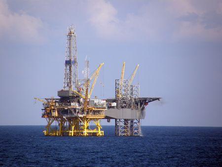 Fixed oil platform and mobile jack-up drilling rig Banque d'images