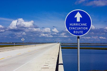 signos de precaucion: Hurac�n ruta de evacuaci�n signo en una carretera elevada sobre la marisma costera Foto de archivo