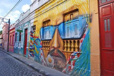painting wall: Olinda, Recife, Pernambuco, BRASIL, 08 de enero 2008 Una pared llena de grafitis ilegales Una pintura de pared de la cabeza de un hombre s con el bigote y las gafas de sol Editorial
