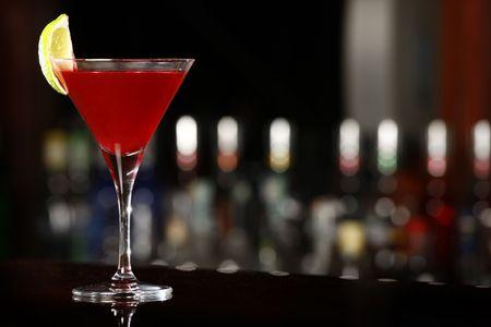 arandanos rojos: bebida cosmopolita sobre la barra negra