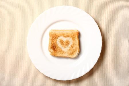 Toast mit Feuerstelle im Garten Form darauf auf die weiße Platte