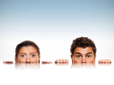 spiegelbeeld: Een beeld van mannelijke en vrouwelijke gezichten en hun reflectie over licht blauwe achtergrond