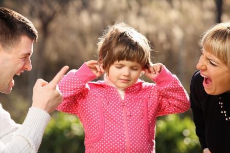 fight girl: Una foto di genitori gridando a una bambina nel parco