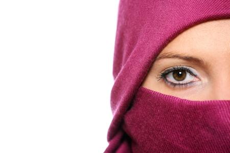 femme musulmane: Un portrait d'un visage de femme arabe cach� derri�re un foulard violet