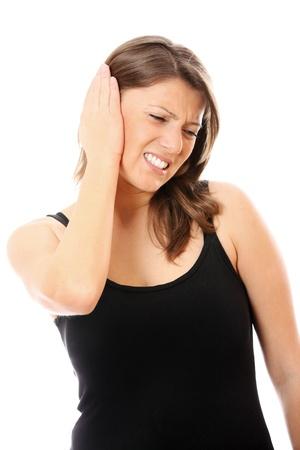 dolor de oido: Una foto de una mujer joven con dolor de o�do sobre fondo blanco