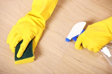 ama de llaves: Una foto de manos en amarillos guantes de limpieza de la palabra