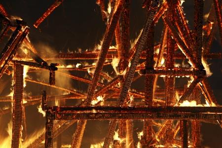 house on fire: Una foto de ruinas de fumar durante la noche