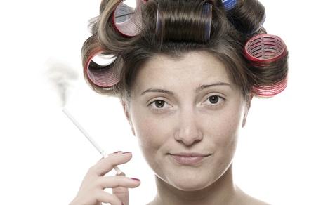 mujer fea: Un retrato de una mujer fea fumar sobre fondo blanco Foto de archivo