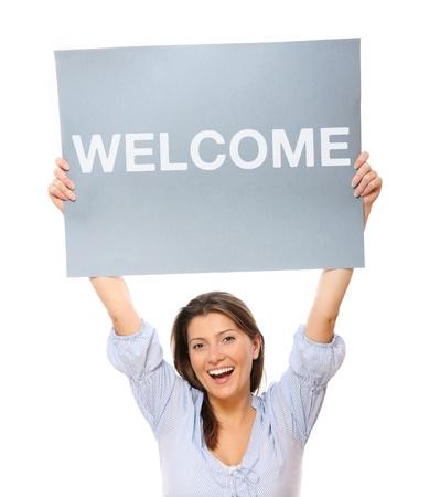 bienvenida: Un retrato de una joven mujer feliz sosteniendo una bandera sobre fondo blanco