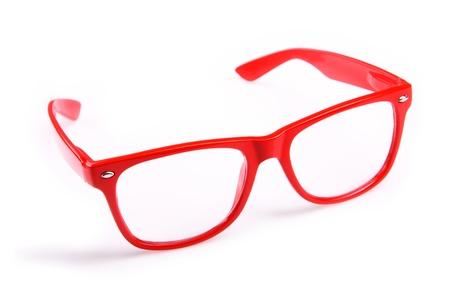 Un ritratto di moda gli occhiali rossi su sfondo bianco