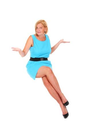donne mature sexy: Una foto di una bella donna bionda con gambe lunghe, seduto in aria sopra sfondo bianco