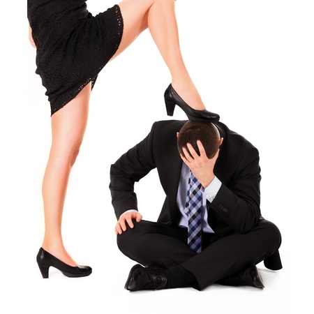 domination: Una imagen de una mujer sexy que domina a un hombre sobre fondo blanco Foto de archivo