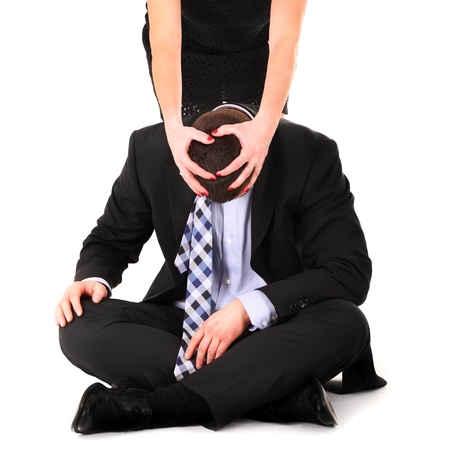 dominare: Un ritratto di una donna che domina un uomo su sfondo bianco