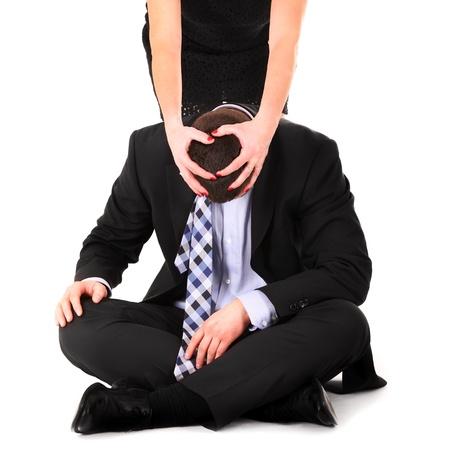 dominacion: Una foto de una mujer que domina a un hombre sobre fondo blanco Foto de archivo