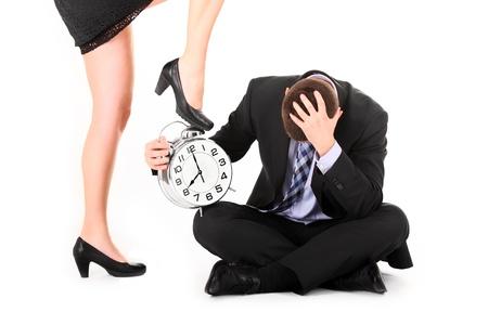 dominare: Un ritratto di una donna sexy che mostra un termine al suo dipendente su sfondo bianco