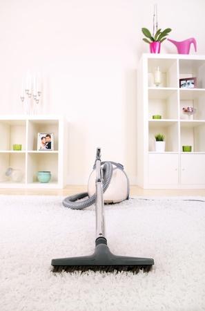 personal de limpieza: Una imagen de una nueva aspiradora de pie en la sala de estar