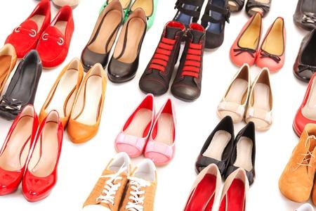 tienda zapatos: Una foto de los zapatos diferentes sobre fondo blanco