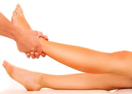 fisioterapia: Una foto de un fisioterapeuta dando un masaje en las piernas sobre el fondo blanco Foto de archivo