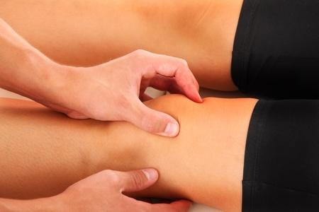 fysiotherapie: Een foto van een fysio therapeut het geven van een knie massage